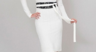 Как и с чем носить белое платье-футляр
