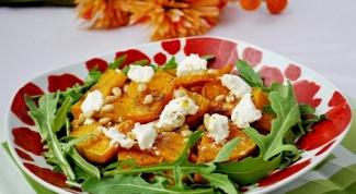 Теплый тыквенный салат с рукколой и кедровыми орешками