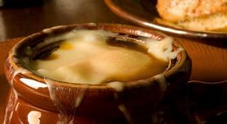 Луковый суп, запеченный под сырной корочкой