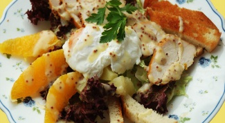 Салат с яйцами-пашот и курицей