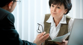 What distinguishes a psychiatrist from a therapist