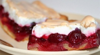 Пирог с вишнями и безе