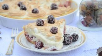 Творожный тарт с персиками и ежевикой
