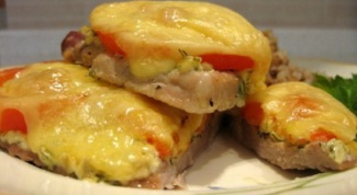 Рецепт свиных отбивных с сыром и помидором