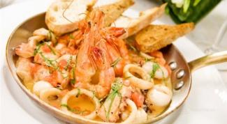 Итальянский салат с морепродуктами и ореховым маслом