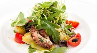 Теплый салат с пряным соусом и щупальцами кальмара