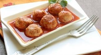 Сочные ежики с рисом в сметанно-томатном соусе
