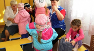 What is the responsibility of the assistant kindergarten teacher