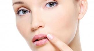 Что делать, если очень сильно трескаются и шелушатся губы