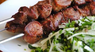 Какие салаты подать к шашлыку, барбекю