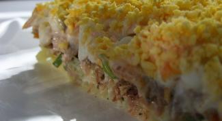 Как приготовить салат из консервированной сайры