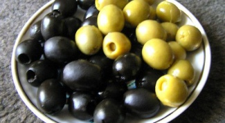 What is the difference between green olives and black olives