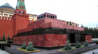 How does Lenin's mausoleum