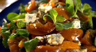 Салат с хурмой и клюквенным соусом