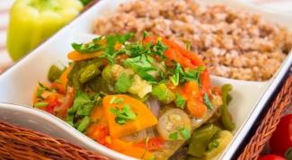 Курица с овощами, тушеная в фольге