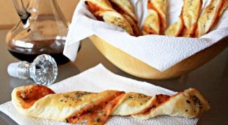 Как приготовить быструю закуску из слоеного теста с сыром и душицей