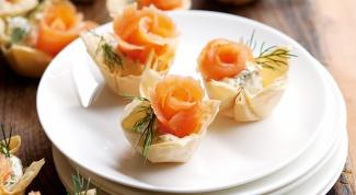"""Тарталетки с """"розами"""" из лосося"""