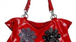 Лаковая сумочка с цветами