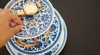Как сделать подставку для украшений из блюдец