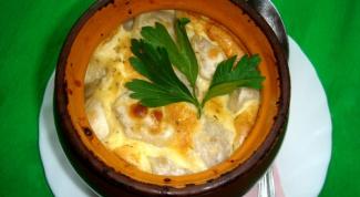Пельмени под сырным соусом в горшочках