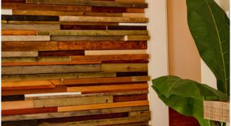 Как украсить стену при помощи кусочков дерева?