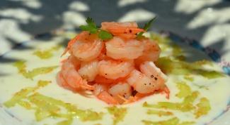 Как приготовить легкий салат с креветками