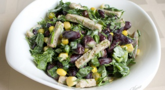 Рецепт салата с сухариками и кукурузой