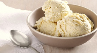 Как приготовить молочное ванильное мороженое?