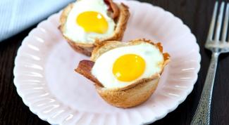 Как запечь яйца с беконом в корзинках из хлеба