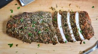 Как запечь свинину с травами и чесноком