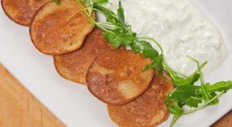 Как приготовить кукурузные оладьи с чесночным соусом