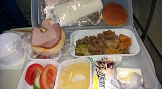 Как кормят в самолетах разных авиакомпаний