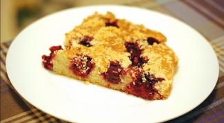 Сметанный пирог с вишней и миндалем