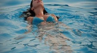 Можно ли купаться в бассейне при месячных