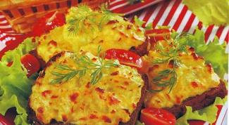Как приготовить горячий бутерброд с куриной колбасой, яблоком  и миндалем