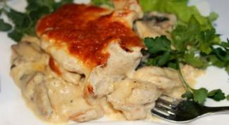 Нежнейшее куриное филе в сырно-миндальной корочке с винно-сливочным соусом