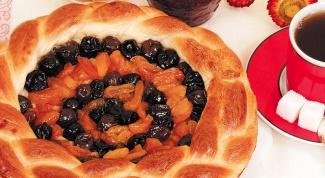 Приготовление пирога с курагой и сливовым вареньем