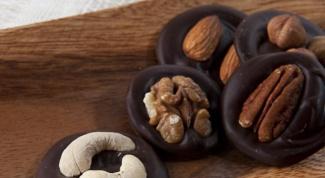 Шоколадные медальоны с цукатами и орехами