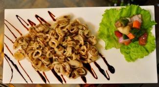 Нежные кальмары со свежими овощами