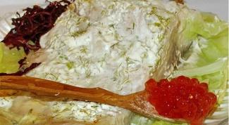 Белорыбица, запеченная со сметаной в капустном листе