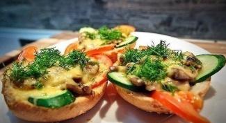 Горячие грибные бутерброды под сырной корочкой