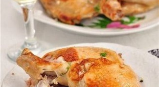 Жареная курица с чесночным соусом и пене в сырно-сливочном соусе