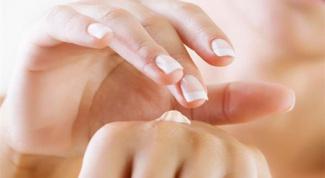 Как предотвратить появление трещин на коже рук?