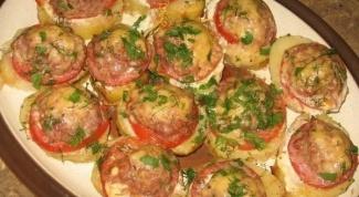 Картошка, запеченная с котлетками, помидорами и сыром