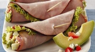 Ветчинные конвертики с овощным салатом