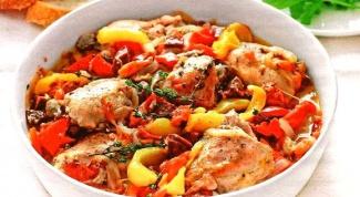 Курица, тушенная с овощами и острой салями