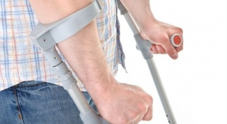 How to walk on crutches on the stairs