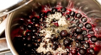How to clean a black currant with sugar