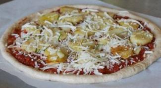 Пицца с индейкой, сардельками и яйцом