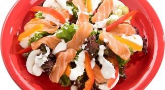 Салат из лосося и креветок с брокколи